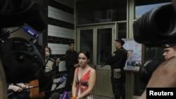 Анна Ведута, пресс-секретарь Алексея Навального, разговаривает с представителями СМИ у подъезда его дома, где ведется обыск