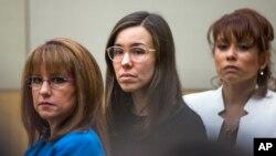 Jodi Arias, centro, a la espera del veredicto de un jurado en el condado de Maricopa.