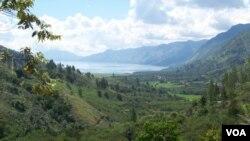 Panorama pegunungan salah satu pesona Sumatra favorit yang dapat dinikamti wisatawan dengan kereta api. (VOA/Budi Nahaba)