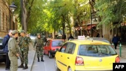 Binh sĩ Tunisia canh gác tại một chốt kiểm soát ở thủ đô Tunis, ngày 16/1/2011