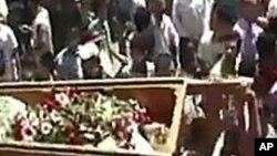 숨진 시위대원의 시신을 들고 행진하는 시리아인들(자료사진)