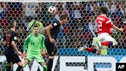 Hậu vệ Mario Fernandes (áo đỏ) của Nga ghi bàn thắng thứ hai trong trận tứ kết với Croatia tại Sân Fisht, ở Sochi, Nga, ngày 7 tháng 7, 2018.