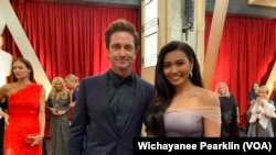 Thai singer Gam Wichayanee Pearklin and Gerard Butler at the Oscar's red carpet