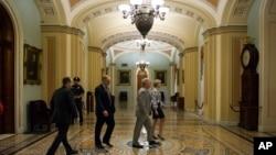 美國國會參議員多數黨領袖麥康奈爾星期日晚步出參議院辨公室。
