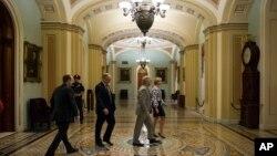 Thượng nghị sĩ Mitch McConnell rời khỏi thượng viện sau khi đề nghị một số sửa đổi Đạo luật Tự do Hoa Kỳ.