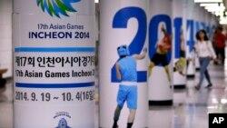 Poster Asian Games 2014 menghiasi stasiun subway (kereta api bawah tanah) di Seoul, Korea Selatan (18/7). Korea Utara mengancam akan menarik kontingennya dari Asian Games yang akan diadakan di Korea Selatan tahun ini, setelah pembicaraan mengenai keikutsertaan Korea Utara macet pekan ini.