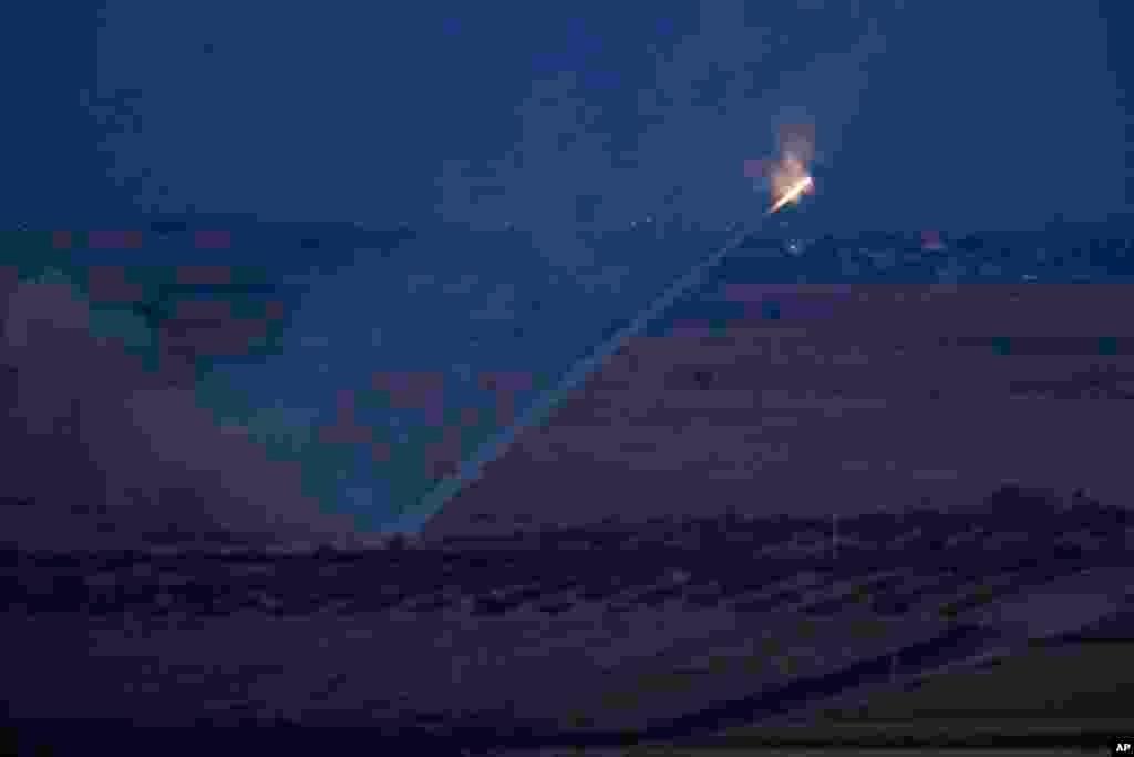 터키군이 시리아 국경 인근 라스 알아인을 향해 로켓을 발사하고 있다.