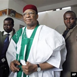 A 2009 file photo of Niger's Former President Mamadou Tandja (C), surrounded by bodyguards in Niamey