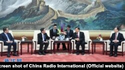Ông Lưu Vân Sơn, quan chức cao cấp của ĐCS TQ, tiếp ông Thuận Hữu, TBT báo Nhân Dân, ở Bắc Kinh (4/2017)