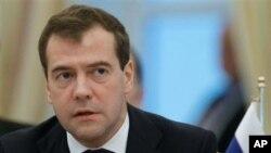 Russian President Dmitry Medvedev speaks at the Caspian summit in Baku, Azerbaijan, 18 Nov 2010