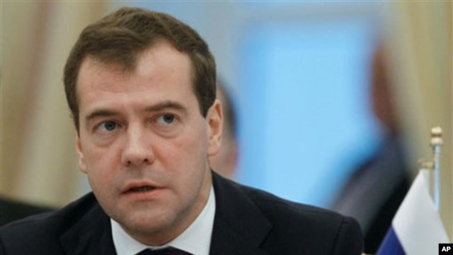 Russian President Dmitry Medvedev speaks at the Caspian summit in Baku, Azerbaijan, 18 Nov 2010