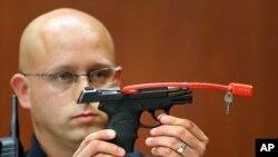 L'arme qui a tué le jeune Trayvon Martin entre les mains d'un policier de Sanford, le 28 juin 2013.