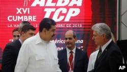 El presidente de Venezuela, Nicolás Maduro, habla con el presidente cubano, Miguel Díaz-Canel, durante la cumbre de Alianza Bolivariana para los Pueblos de Nuestra América, el viernes.