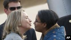 美国国务卿克林顿抵达达卡时,受到孟加拉国外长迪普穆妮的欢迎