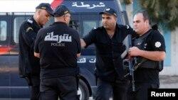 Des officiers de police garde un hotel à Sousse, Tunisie, le 27 juin 2015.