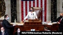 USA, Washington, U.S. Speaker of the House Nancy Pelosi (D-CA) wields her gavel ahead of the final passage in the House of Representatives of U.S. President Joe Biden's $1.9 trillion coronavirus disease