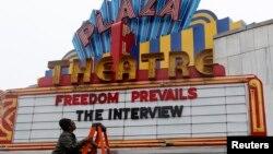 23일 미국 조지아주 아틀란타의 '플라자 극장'에서 영화 '인터뷰'를 상영한다는 안내 문구를 붙이고 있다.