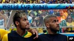 Neymar, à gauche et Dani Alves lors d'un match contre les Pays-Bas, Brésil le 12 juillet 2014