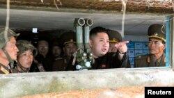 朝鮮領導人金正恩去年8月18 日探訪位於平壤西南方的一處軍事設施。