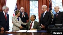 Shugaban Amurka Barack Obama da Senata Barbara Boxer da sauran jami'an gwamnati.