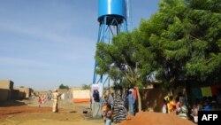 Les habitants prennent l'eau du puits près de Gao, Mali, le 4 novembre 2017.