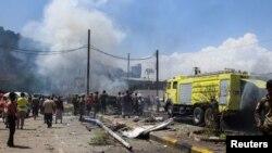 پلیس و آتشنشانان در محل انفجار خودروی بمبگذاریشده در عدن، یمن، یکشنبه ١٨ مهر ۱۴۰۰