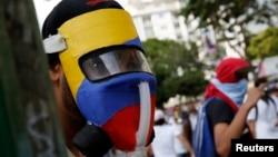 La violencia en las calles obliga a periodistas a proteger su integridad con chalecos antibalas y máscaras antigas.