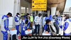 کرونا وائرس سے بچاؤ کے لیے اسلام آباد ایئرپورٹ پر جراثیم کش کیمیکلز کا اسپرے کیا جا رہا ہے۔ 17 مارچ 2020