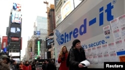 "Seorang peserta melempar kertas berisi pesan yang ingin disobeknya pada acara ""Good Riddance Day"" di Times Square, New York, 28 Desember 2016."
