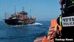 한국 인천해양경비안전서가 13일 오전 서해 북방한계선을 침범해 불법조업한 50톤급 중국어선 1척을 해군과 합동으로 나포했다고 밝혔다.