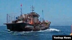 Kapal penangkap ikan berbendera China di perairan dekat perbatasan Korea Utara,31 Juni 2016. (Foto: dok). Pemerintah Indonesia secara resmi meminta Dewan HAM PBB memberi perhatian terhadap kasus dugaan pelanggaran HAM dalam industri perikanan.