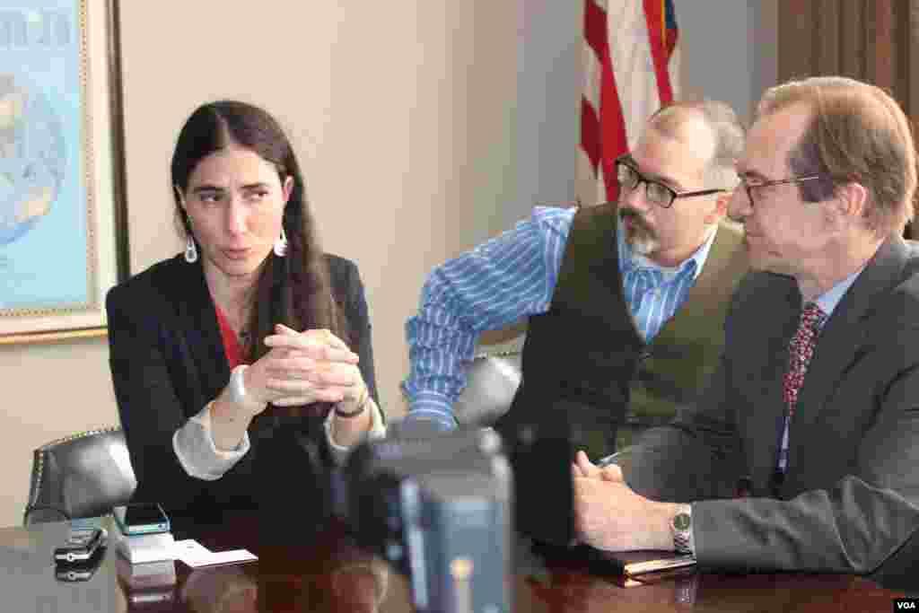 Yoani Sánchez explica a David Ensor, director de la VOA la popularidad de la Voz de América y Radio Martí en Cuba.