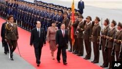 28일 평양 공항에 도착한 차이야 몽골 대통령(가운데 오른쪽)이 마중나온 김영남 최고 인민회의 상임위원장(가운데 왼쪽)과 함께 의장대의 사열을 받고 있다.