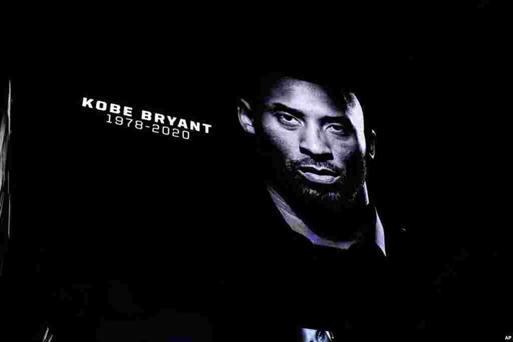 Homenagem dos San Antonio Spurs a Kobe Bryant antes do jogo frente aos Toronto Raptors no Texas. Foto Daniel Dunn - USA Today Sports