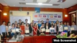 Khóa bồi dưỡng cung cấp 40 giờ học cấp tốc về các kỹ năng tiếng Anh để giúp các công chức Việt Nam 'giao tiếp tốt hơn' khi tham dự các hội nghị quốc tế.
