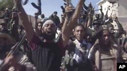 10月20号利比亚反卡扎菲战士庆祝卡扎菲被击毙