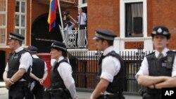 Asanž se obratio javnosti sa terase ambasade Ekvadora okružene pripadnicima britanske policije