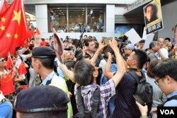 香港支聯會遊行要求北京釋放劉曉波,有親北京人士到場指罵,由警員分隔兩批示威者。(美國之音湯惠芸)