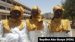Les majorettes en costume, à Dakar, Sénégal, le 4 avril 2017. (VOA/Seydina Aba Gueye)