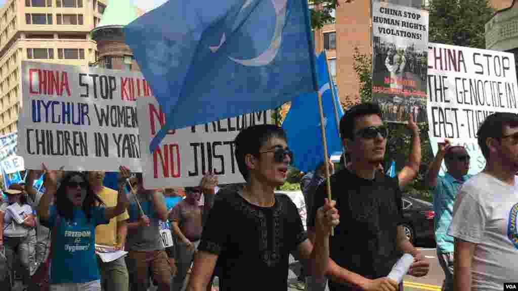 2015年7月12日维吾尔人和支持者在美国首都华盛顿街头游行并聚集在泰国驻美大使馆前抗议泰国把100余名维吾尔人强行递解回中国。(美国之音乌兹别克语组拍摄)