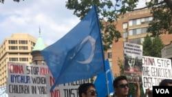 组图:维吾尔人和支持者在美国首都华盛顿街头游行抗议泰国把100余名维吾尔人遣返回中国。
