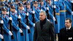 Crnogorski premijer Milo Đukanović i premijer Srbije Ivica Dačić tokom ceremonije dobrodošlice u Beogradu