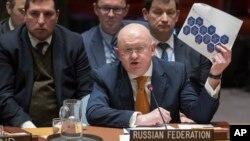 5일 '스파이 독살 시도' 관련 긴급회의가 열린 유엔 본부에서 바실리 네벤쟈 유엔주재 러시아대사가 영국의 사건 보고서를 들어 보이며 발언하고 있다.