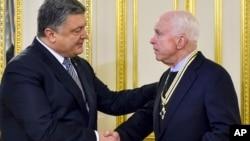Петр Порошенко и Джон Маккейн. Киев, Украина. 30 декабря 2016 г.