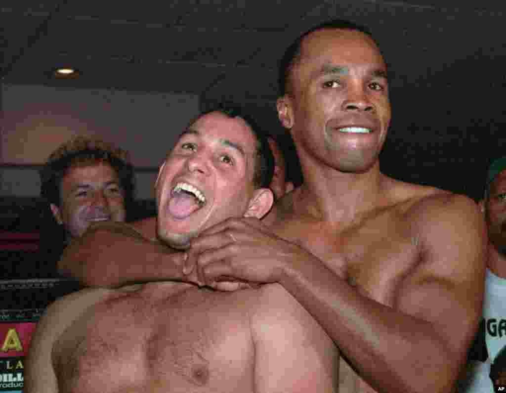 Sugar Ray Leonard le aplica una llave al púgil Camacho antes de un enfrentamiento en Atlantic City en 1997.