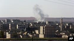 ستونی از دود ناشی از انفجار خمپاره در یک منطقه مسکونی شهر کردنشین کوبانی در سوریه نزدیک مرز ترکیه