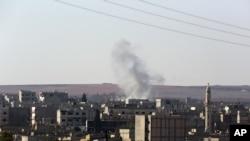 시리아 코바니의 주거지역에 박격포 포탄이 떨어져 연기가 피어오르고 있다.
