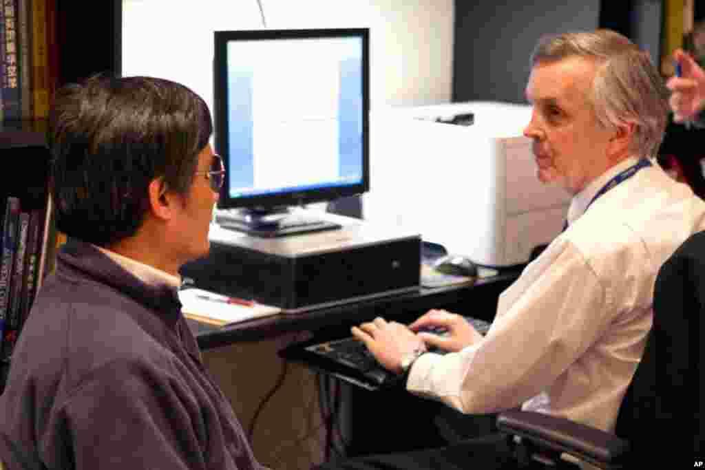 5月1号中国盲人法律维权人士陈光诚在美驻京大使馆通过美国官方翻译和美国官员交谈
