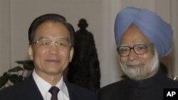 溫家寶周三在新德里與印度總理辛格握手