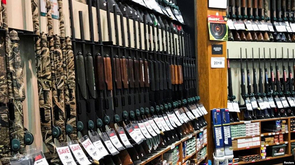 Venta de armas de la tienda Dick's Sporting Goods en Stroudsburg, Pennsylvania.